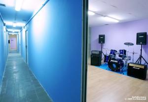 Salas equipadas con batería, equipo de voces, micrófonos, amplificadores de guitarra y bajo.